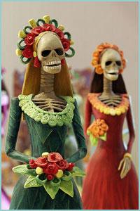 La Catrina, mejor conocida como la muerte, puede mostrarse de muchas formas. Algunas veces se la encuentra alegre, vestida de manera elaborada, con ganas de divertirse e incluso coquetear con los mortales.